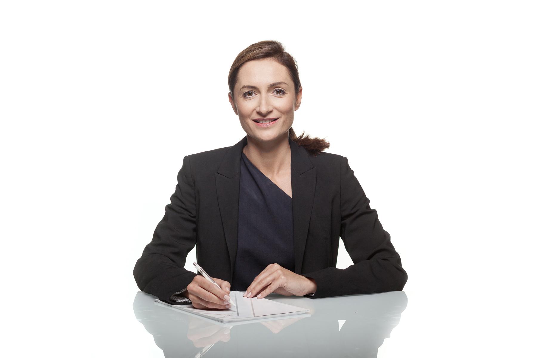 Business-Frau am Schreibtisch, fotografiert im Studio in Wien von Reza Sarkari