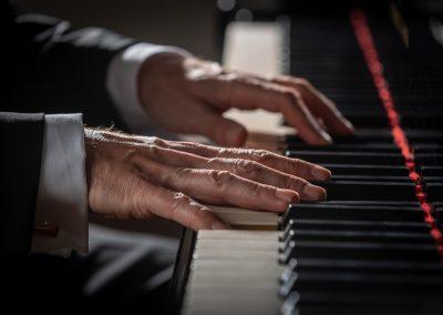Die Hände von einem Pianisten am Klavier