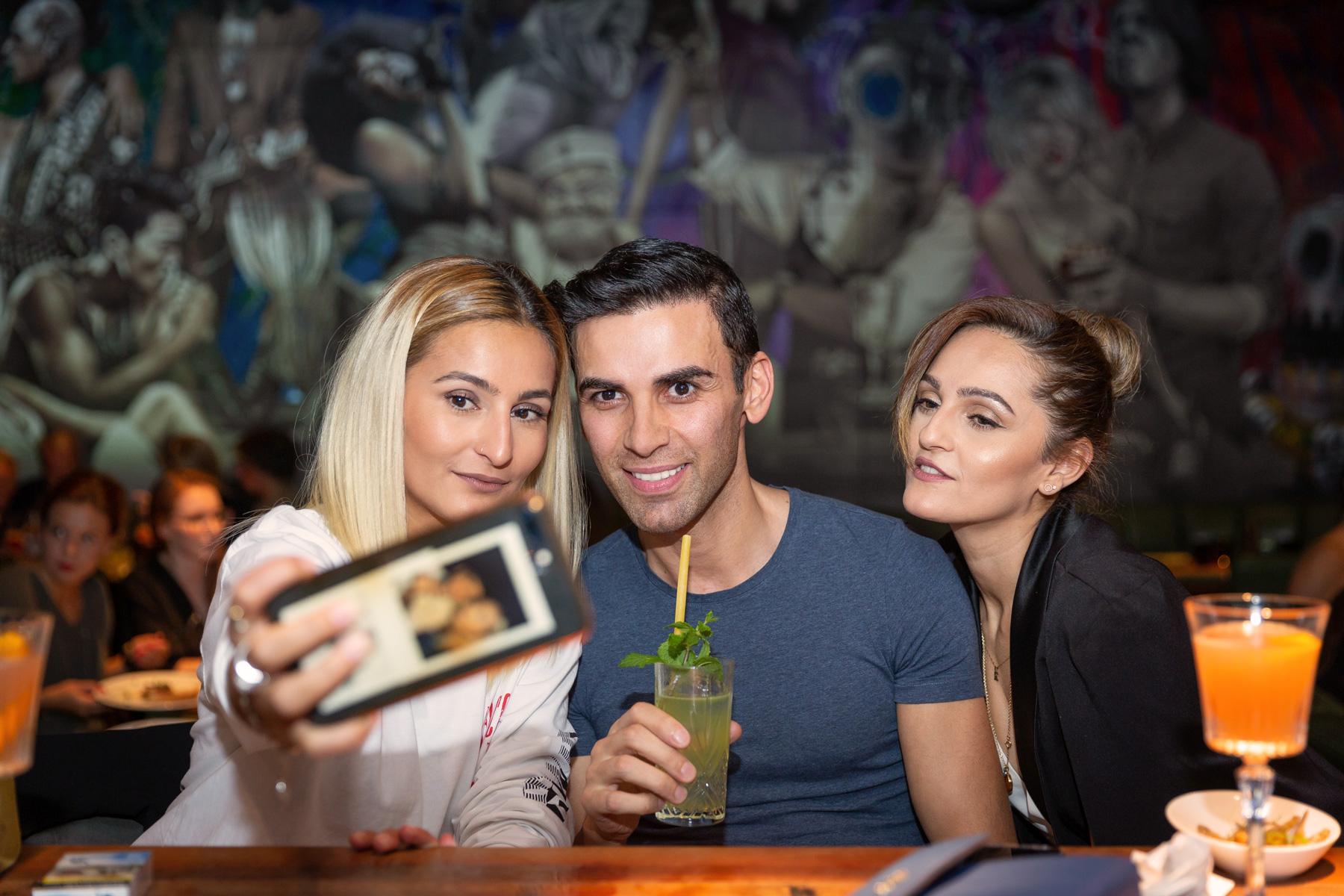 Zwei Frauen und ein Mann machen einen Selfie