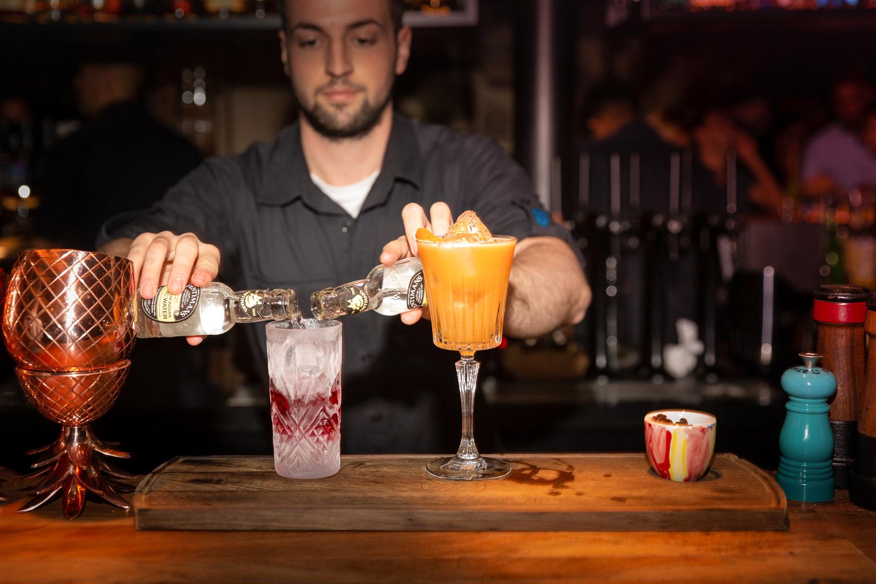 Bar-Keeper mixt einen Cocktail