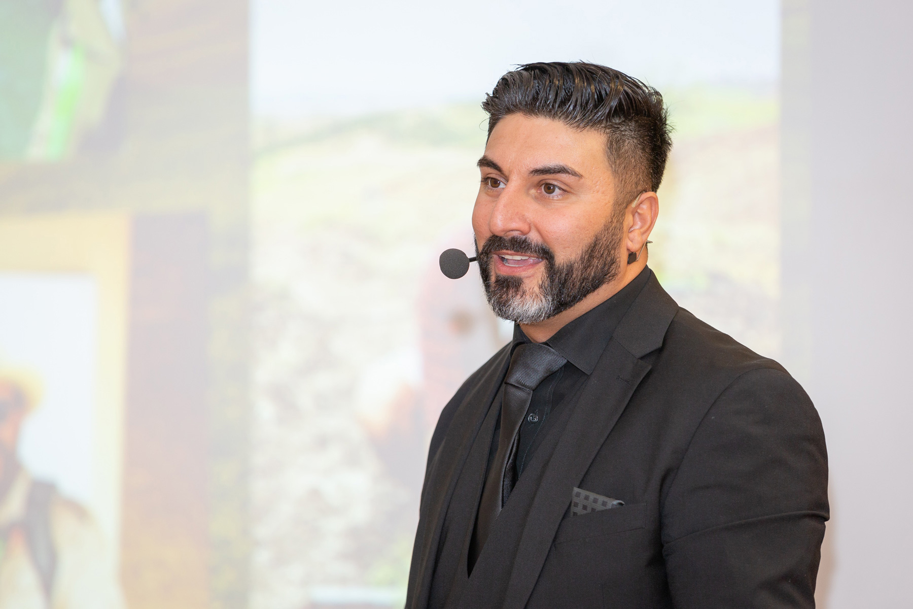 Ali Peimann auf der Bühne fotografiert von Reza Sarkari