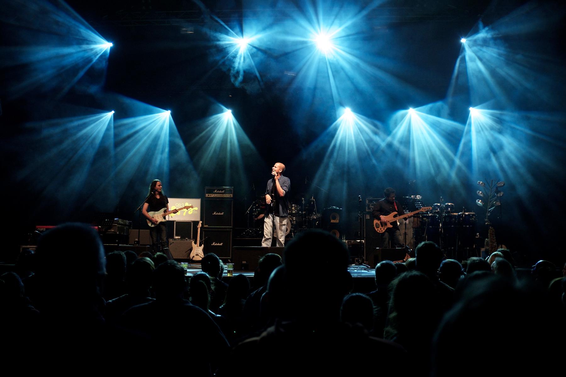 Band auf der Bühne fotografiert von Reza Sarkari